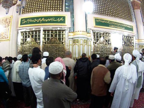 Muslimische Männer beten vor dem Grab des Propheten Mohammed in der Prophetenmoschee in Medina