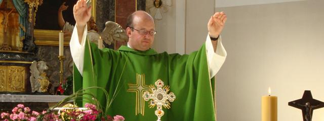 Dekan Hubert Ratz beim Segnen am Altar in Hittisau, vor ihm die Monstranz
