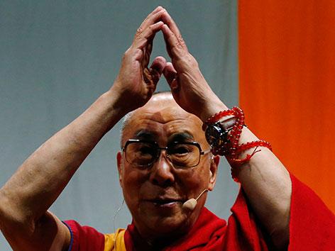 Der Dalai Lama mit erhobenen Händen