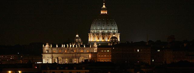 Kuppel des Petersdoms in Rom bei Nacht