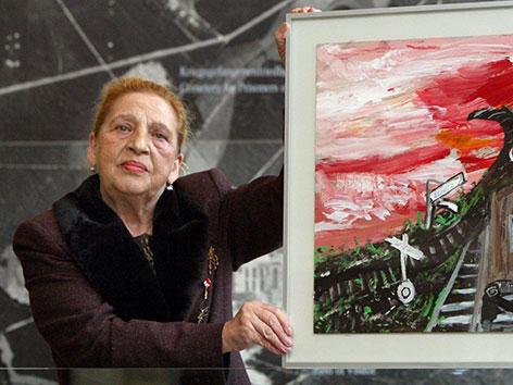 Ceija Stojka mit einem ihrer Bilder