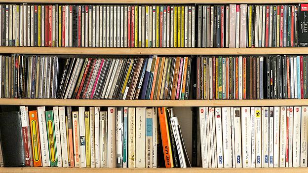 CDs und Bücher in einem Regal
