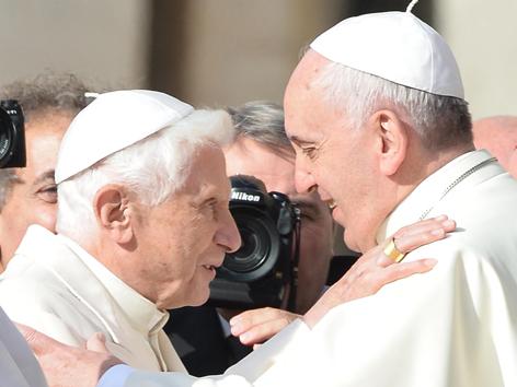 Der emeritierte Papst Benedikt XVI wird herzlich von seinem Nachfolger Franziskus empfangen
