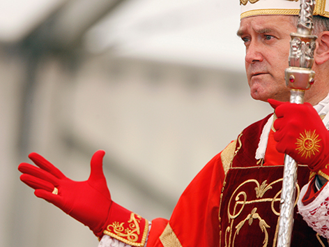 Bernard Fellay mit roten Handschuhen