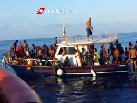 Gerettete Flüchtlinge nach dem Schiffsunglück vor Lampedusa
