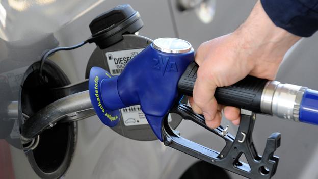 Der Zapfhahn für Treibstoffe in der Tanköffnung eines PKW an einer Tankstelle