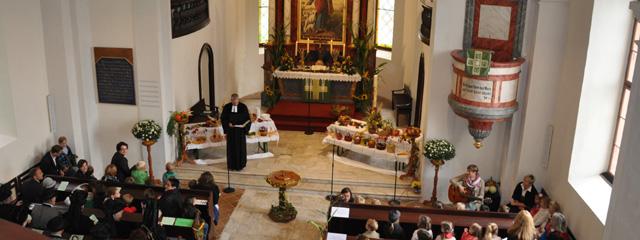Totalansicht in der Kirche Waiern/ Feldkirchen während eines Gottesdienstes