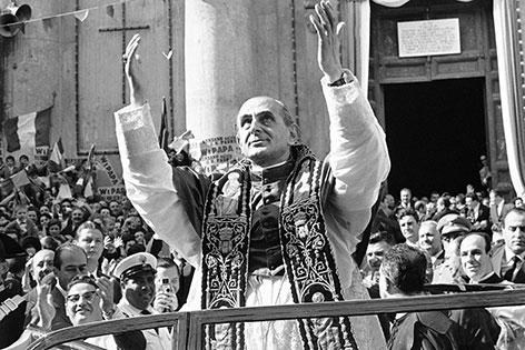 Papst Paul VI. beim Bad in der Menge