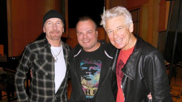 The Edge, Adam Clayton und Ö3-Redakteur Norbert Ivanek im Studio in London