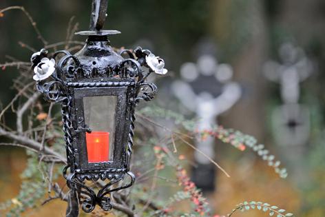 Grablicht auf einem Friedhof