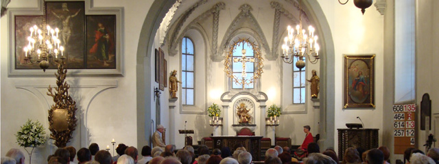 Kirchentotale mit dem Hauptschiff der Basilika voller Menschen