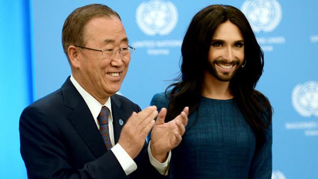 Conchita Wurst und Ban Ki Moon lächeln