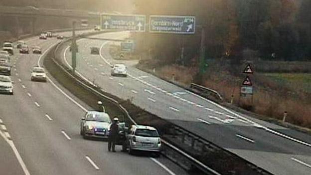 Die Autobahnpolizei stoppt einen Geisterfahrer