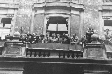 Im Bild: Innsbruck, 24.04.1946: Bundeskanzler Figl und Außenminister Gruber bei einer Großkundgebung für die Einheit Tirols.