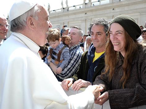 Papst Franziskus schüttelt der US-Sängerin Patti Smith die Hand