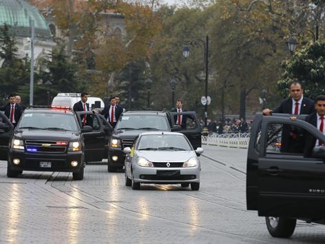 Die Begleitfahrzeuge sind wesentlich größer und teurer, als das Auto in dem der Papst sitzt