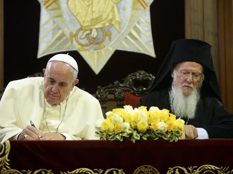 Papst Franziskus und der orthodoxe Patriarch Bartholomäus I. beim Unterschreiben der gemeinsamen Erklärung