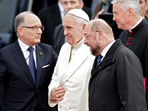 Papst Franziskus wird von EU-Parlamentspräsident Martin Schulz (SPD)in Straßburg empfangen