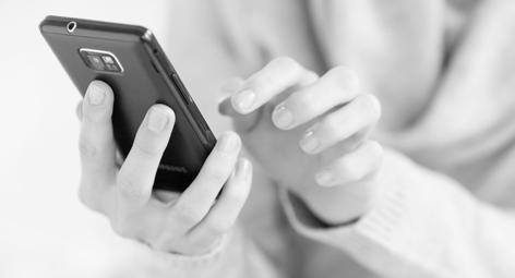 Eine Frau schreibt eine SMS auf ihrem Smartphone