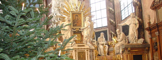 Altarraum der Wiener Michaelerkirche mit Christbaum