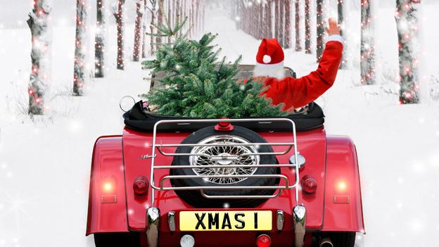 Ein Weihnachtsmann in einem Cabrio