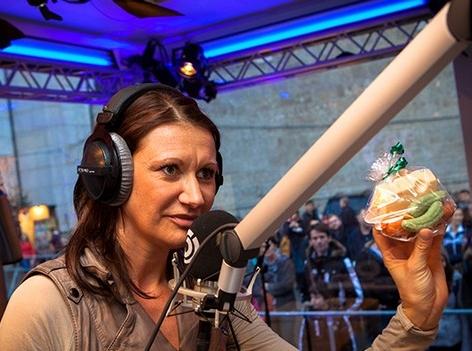 Angelika Niedetzky bringt Seife in die Ö3-Wunschhütte
