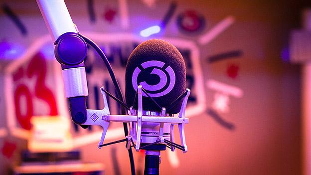 Ö3-Mikrofon im Glasstudio beim Ö3-Weihnachtswunder