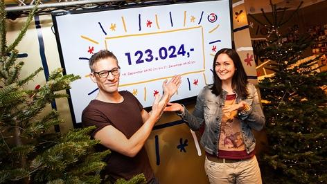 Gabi Hiller und Andi Knoll mit dem Spendenzwischenstand.