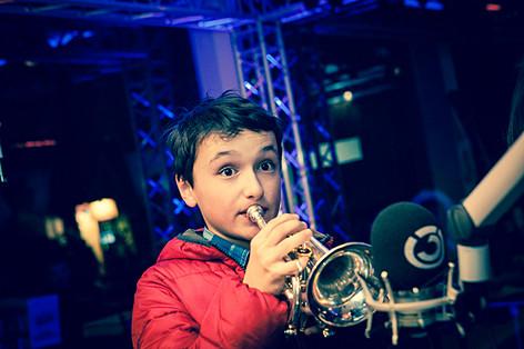 Ein Bub spielt Trompete