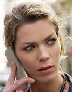 Eine Frau telefoniert mit einem Smartphone