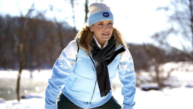 Frau beim Joggen im Winter