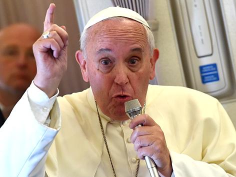 Papst Franziskus mit Mikrofon auf dem Rückflug von seiner Asien-Reise