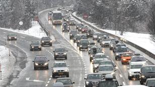 Stau auf der winterlichen Autobahn