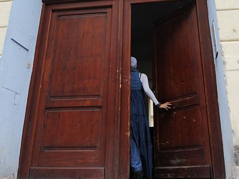 Eine Muslimin betritt die Baitul-Muhtadin-Moschee in Wien-Favoriten