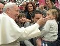 Papst Franziskus streichelt ein Kind während einer seiner Generalaudienzen
