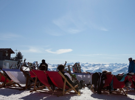 Skifahrer sonnen sich am Berg