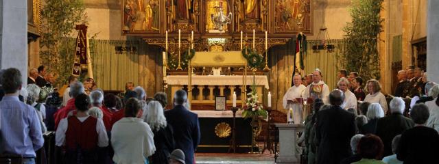 Altartotale mit Gemeinde während der Messe