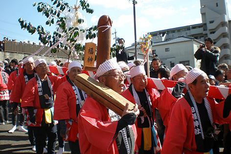 Honen Matsuri in Japan. Ein Riesenpenis (Phallus) wird durch die Straßen getragen.