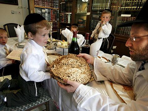 Eine orthodoxe jüdische Familie beim Sedermahl zu Pessach