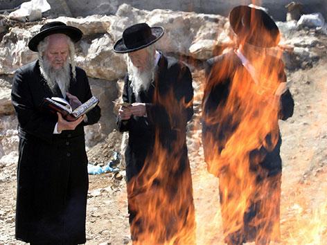 Orthodoxe Juden verbrennen Lebensmittel mit Sauerteig oder Vergorenes