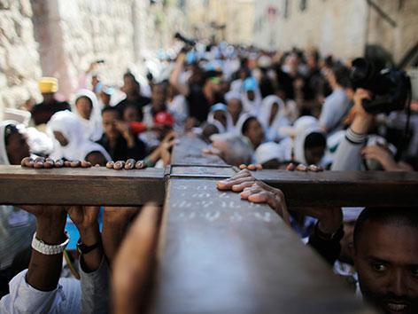 Karfreitagsprozession in Jerusalem: Gläubige tragen ein großes Kreuz