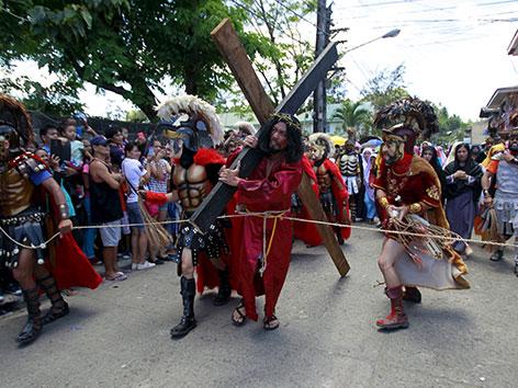Auf den Philippinen wird am Karfreitag das Leiden Christi nachempfunden. Männer  lassen sich auspeitschen, während sie Kreuze schleppen