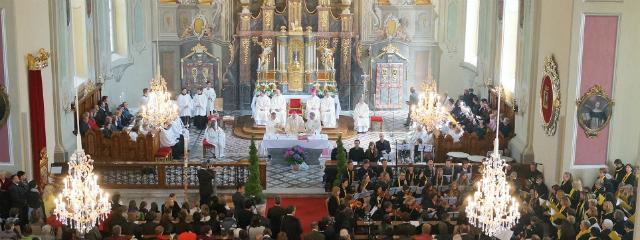 Kirchentotale innen während eines Festgottesdienstes