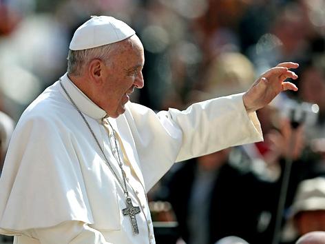 Papst winkt der Menge zu