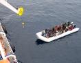 Deutsches Schiff nimmt Flüchtlinge in einem Boot auf dem Mittelmeer auf