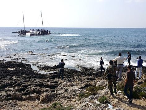 Griechische Küstenwache beobachtet Schiff mit Flüchtlingen an der Küste von Rhodos
