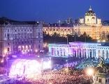 """Heldenplatz während dem """"Fest der Freude""""."""