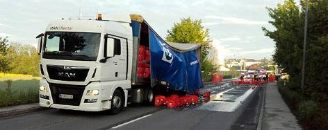Ein Biertransporter hat seine Ladung verloren.