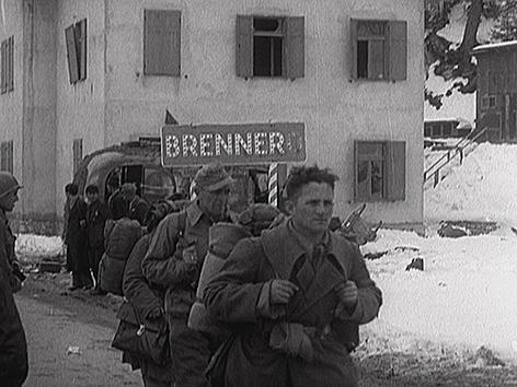 Menschen überqueren den Brenner