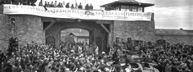 jubelnde Menschen am Appellplatz des Konzentrationslagers Mauthausen im Mai 1945 am Tag ihrer Befreiung